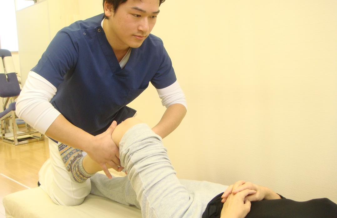 膝の痛みを治療している整体師
