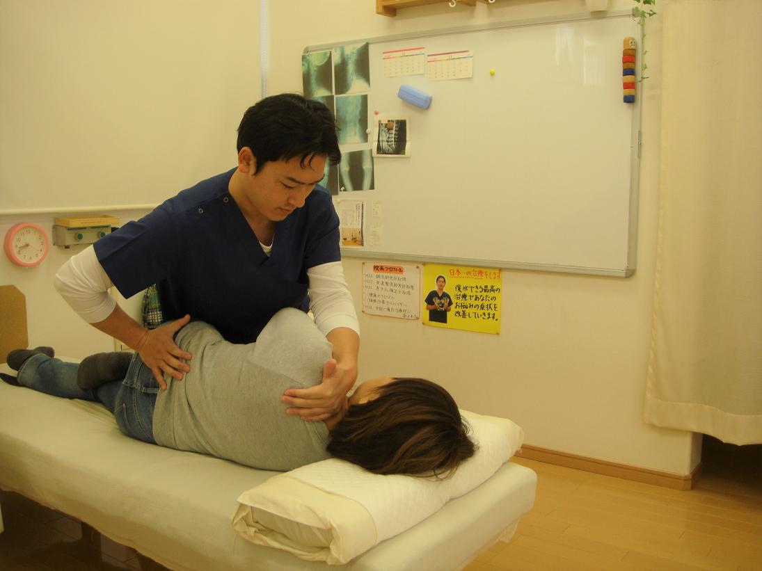 腰痛を施術している整体師